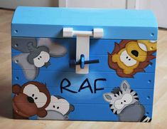 Unieke vakkundig beschilderde speelgoedkisten met naam en motieven van geboortekaartje of ander ontwerp