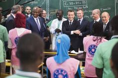 Bain de foule au Sénégal pour Emmanuel et Brigitte Macron