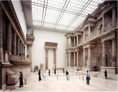 "Thomas Struth: ""Pergamon Museum II, Berlin"", 2001, C – print, Format: 187.60 x 245,7 cm © Thomas Struth"