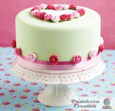 Fascículo 40 de Pastelería Creativa: Pastel romántico con rosas. Valentine Cake, Valentines, Floral Cake, Round Cakes, Cake Cookies, Cooking Time, Food Art, Party Time, Bakery