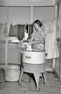 September 1938 - Farm Wife Washing Clothes - Lake Dick Project - Arkansas - Negative by Russell Lee - Farm Security Administration Vintage Pictures, Old Pictures, Old Photos, Antique Photos, Arkansas, Fee Du Logis, Shorpy Historical Photos, Vintage Laundry, Great Depression