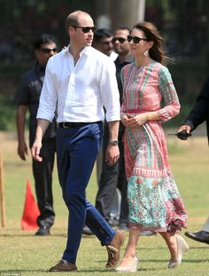 Royal Tour India 2016 Day 1 The Duke and Duchess of Cambridge met local children for a game of cricket at the Oval Maidan in Mumbai on day one of their tour of India and Bhutan. On Kate: Bespoke Mughal inspired tunic by Mumbai-based designer Anita Dongre Princesse Kate Middleton, Kate Middleton Prince William, Prince William And Catherine, William Kate, Kate Middleton 2016, Kate Middleton Photos, George Of Cambridge, Duchess Of Cambridge, Anita Dongre