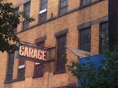 Garage Garage Roof, Cool Garages, Gas Pumps, Old Signs, Vintage Signs, Interior And Exterior, Signage, Sweet Home, Neon Signs