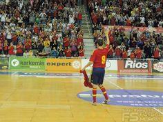Kike se despide de la afición.@SeFutbol España-Grecia. Homenaje a Kike Boned. Ginés Rubio @grl48