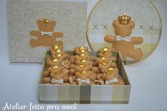Kit Maternidade Urso, opção também para chá de bebê. <br> <br>O quadrinho bastidor ainda recebe o nome do bebê bordado à mão na parte superior <br> <br>As lembrancinhas são embaladas individualmente em saquinhos de celofane e tag. <br> <br> <br> <br>O Kit contém: <br> <br>-1 quadro bastidor 25cm <br>-25 lembrancinhas marcadores de página com elástico tema urso <br>-1 caixa mdf forrada em tecido 100% algodão por fora e por dentro <br>(medida da caixa 20x25x7) <br> <br>*Consulte-nos sobre…