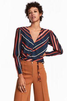 Блузка с треугольным вырезом Модель