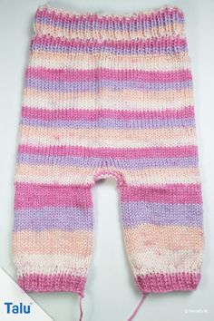 Knit baby pants - free instructions for beginners in all sizes - Talu.de Knit baby pants Always aspired to discover how to knit, yet unsure the place to start? Baby Knitting Patterns, Knitting For Kids, Easy Knitting, Baby Patterns, Knit Baby Pants, Baby Blog, Poncho, Baby Booties, Diy Baby