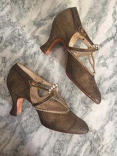 0c2d36ddecf5 STUNNING 1920s Gold Lame Strappy Art Deco by WomenInLoveVintage Chaussures  Années 20