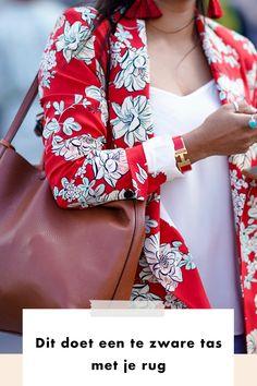 We kennen het allemaal: een zeurende rug omdat je een te zware tas hebt getild. We vragen experts wat de effecten zijn van zo'n zware rugtas. En misschien nog wel belangrijker: we vertellen ook hoe je die rugklachten voortaan voorkomt. Lees je mee? Geef je direct jouw houding de schuld als je een pijnlijke rug hebt? Dan kun je daar nu mee stoppen. Een verkeerde houding tijdens het tillen van een ietwat zware handtas is namelijk niet de boosdoener. Dat zijn namelijk jouw ongetrainde… Kimono Top, Fall Winter, Bags, Outfits, Women, Fashion, Blame, Handbags, Moda