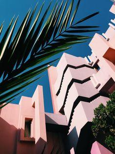 La Muralla Roja in Calpe Spain designed by Ricardo Bofill Architecture Images, Amazing Architecture, Architecture Wallpaper, Contemporary Architecture, Architecture Posters, Facade Architecture, Deco Miami, Xingu, View Photos