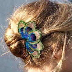 Grand Zozo Paon - barrette plume de paon - Séraphine Bijoux - Comptoir Doré Diy Hairstyles, Pretty Hairstyles, Feather Crafts, Feather Dress, Girls Hair Accessories, Wedding Looks, Flowers In Hair, Hair Pins, Bridal Hair