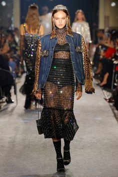 "Millennial Royalty at Dolce & Gabbana's ""Secrets & Diamonds"" Eveningwear Show in Milan Couture Fashion, Runway Fashion, Fashion News, Fashion Models, High Fashion, Fashion Show, Fashion Looks, Fashion Outfits, Womens Fashion"