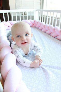 Obtenez un produit de qualité, bien faite et très douce, joliment tressés ensemble tour de lit qui est faite de matériaux hypoallergéniques haut de gamme 100 %. L'ensemble tour de lit protège mains de votre bébé et pieds de coincé entre les broches de lit ainsi qu'elle protège la tête et