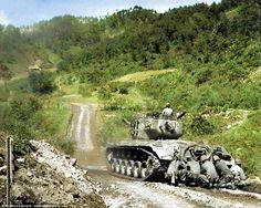 [Photo] US Marines crouching behind a Pershing tank, near Hongcheon, Korea, 22 May 1951 M26 Pershing, History Online, War Image, Us Marines, Korean War, Panzer, Military History, Military Art, Vietnam War