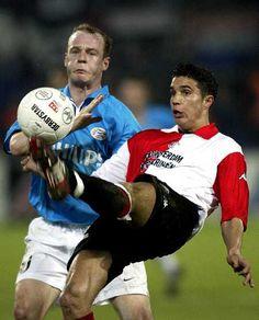 El delantero del Feyenoord Robin van Persie (derecha) controla un balón junto al defensa del PSV Eindhoven Kasper Berglund durante el partido de vuelta de los cuartos de final