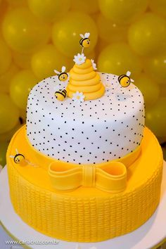 Good morning with this perfect cake ! Via: Afestaqueeuquero Official Gorgeous Cake Via @ . Bee Cakes, Fondant Cakes, Cupcake Cakes, Fondant Bee, Gorgeous Cakes, Pretty Cakes, Amazing Cakes, Baby Shower Cakes, Backen Baby