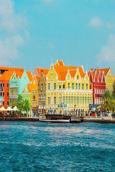 Waarom is Curaçao toch zo razend populair onder Nederlanders? Deze vraag is makkelijk te beantwoorden wanneer je er zelf geweest bent. Dit Caribische eiland heeft alles voor de perfecte zonvakantie, witte stranden, wuivende palmbomen, altijd zonnig en de meest relaxte sfeer. Je kunt er stappen, genieten van de natuur, heerlijk uit eten in Willemstad en prachtig duiken. Vele vakantiegangers keren tevreden terug, want Curaçao stelt nooit teleur!