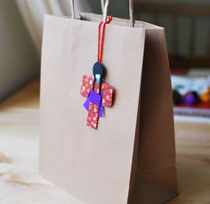 Gift bag with a Japanese paper doll. via Etsy. Origami And Quilling, Paper Crafts Origami, Japanese Origami, Japanese Paper, Kimono Origami, Asian Crafts, Paper Fashion, Fashion Art, Washi