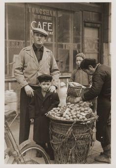 Jewish refugees Harry Fiedler and Heim Leiter pose next to a potato vendor on a Shanghai street, circa History Class, World History, World War Ii, Jewish History, Jewish Art, Shanghai, German Army, Artists, Fotografia