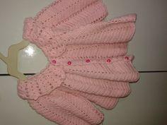 Casaquinho de bebê em croche  Modelo feminino, confeccionado com lã própria para bebê  Tamanho : 3 a 6 meses    Confortável e fofinho deixará sua princesinha bem elegante e aquecida.  15 dias para confecção.