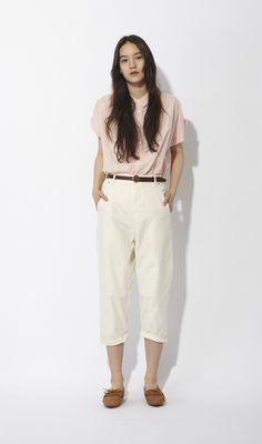 ゆったりとしたシャツをパンツイン。ベルトの茶色を利かせることでコーディイトを引き締めて。色のトーン合わせがポイントです。