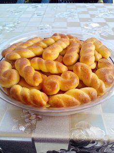 """Νόστιμη συνταγή μαγειρικής από """"Μαρινα Μισαηλιδου  -ΟΙ ΧΡΥΣΟΧΕΡΕΣ / ΗΔΕΣ""""       Υλικα:  2 κεσεδακια των 200 γρ .γιαουρτι στραγγιστο.  1 κεσεδ.σπορελαιο  2 κεσ.ζαχαρη  3 αυγα +1 κροκο με λιγο νερο για επαλειψη  3 βανιλιες  Ξυσμα απο 2 πορτοκαλια  2 κ.γ.γεματες Greek Sweets, Greek Desserts, Greek Recipes, Easy Desserts, Delicious Desserts, Koulourakia Recipe, Greek Cookies, Greek Pastries, Cookie Recipes"""