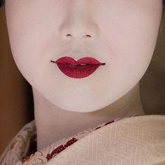 芸妓さんと舞妓さんのブログ Makeup by maiko Tomitsuyu (source: patriciapomerleau on Instagram)  Oshiroi, a white stage makeup, is a thick waterproof paste. Maiko blend it with pink rouge to achieve more subtle and cute look. Oshiroi is also used by kabuki actors and traditional dancers.  excercice