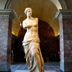 Venus de Milo, also known as Aphrodite, in the Louvre Museum. Discovery and History of the Venus de Milo Statue and the mystery of the missing limbs. Ancient Greek Sculpture, Greek Statues, Ancient Art, Museum Paris, Louvre Museum, Michelangelo, Aphrodite, Sculpture Art, Sculptures