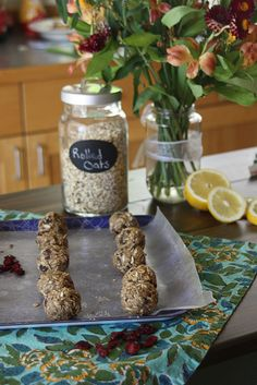 Who says holiday treats have to be unhealthy? These oat cookies can be made raw, gluten free AND vegan!