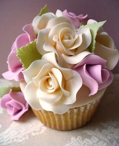 a wonderful cupcake . with whippy frosting . oooooo :c ) for MY birthday !life is always good with cupcakes ? Cupcakes Bonitos, Cupcakes Lindos, Cupcakes Flores, Flower Cupcakes, Strawberry Cupcakes, Pretty Cupcakes, Beautiful Cupcakes, Yummy Cupcakes, Elegant Cupcakes
