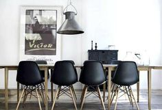 Eames diners in black! Love everything Eames! Black Eames Chair, Chaise Eames Dsw, Eames Chairs, Black Chairs, Room Chairs, Kitchen Chairs, Vitra Chair, Eames Eiffel Chair, Black Metal Dining Chairs