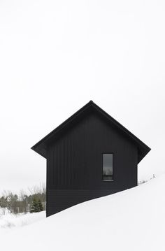 Clearview Chalet by AKB. Atelier Kastelic Buffey (AKB) have designed a chalet in Clearview Ontario Canada. (via contemporist) Exterior Design, Interior And Exterior, Black Exterior, Color Interior, Exterior Siding, Black House, Interior Architecture, Black Architecture, Installation Architecture