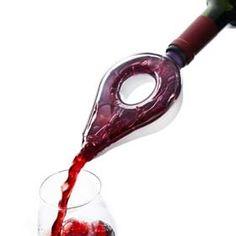 De Wine Aerator van Vacu Vin voegt een nieuwe dimensie toe aan het drinken van wijn. Het ontwerp van het product vertraagt het uitschenken van wijn in het glas, waardoor het extra zuurstof opneemt en de smaak verrijkt. Doordat de afneembare bovenkant transparant is, kunt u dit volledige proces volgen.  Spoel de Wine Aerator na gebruik af onder de kraan en berg hem op om de hals van uw wijnfles. Een echte gadget voor de wijnliefhebber en een goede toevoeging aan uw wijnaccessoires.