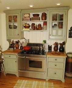 23 Green Kitchen Cabinets Ideas For Your Kitchen Interior Sage Green Kitchen, Green Kitchen Walls, Green Kitchen Cabinets, Painting Kitchen Cabinets, Oak Cabinets, Primitive Kitchen Cabinets, Colonial Kitchen, Rustic Kitchen, Vintage Kitchen