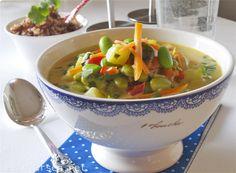Gryterett hot curry med ananas og edamamaebønner.