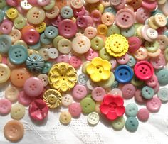 fiberluscious: How to Dye New and Vintage Buttons- Tutorial – Har Handledning Buttons For Sale, Diy Buttons, Vintage Buttons, Button Art, Button Crafts, Diy Home Crafts, Diy Craft Projects, Craft Ideas, Primative Christmas Tree