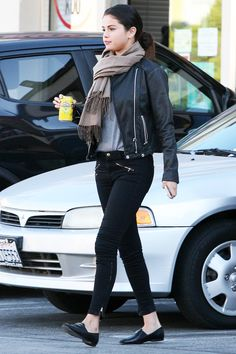 Street Chic from Celebrity Street Style Whether she& in a lux red carpet gown or relaxed in a leather jacket and skinny jeans, Selena Gomez& Selena Gomez Fashion, Style Selena Gomez, Selena Gomez Outfits Casual, Fashion Mode, Look Fashion, Trendy Fashion, Fashion Outfits, Fashion Trends, Fashion Sets