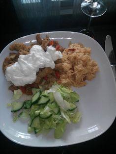 Souvlaki met zelfgemaakte tzatziki, rijst en sla met komkommer/dressing