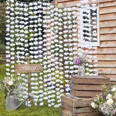 Dieser schöne Vorhang mit Stoffblumen ist perfekt, um eine Tanzfläche oder den Hintergrund des Photo Booth zu dekorieren! Er wird ganz einfach aufgehängt und verwandelt jede Wand in einen Hingucker. Breite: 200 cm Länge: 180 cm