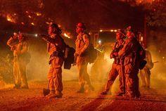 Miles de personas huyen de los incendios en California
