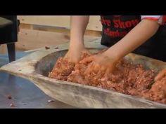 A házikolbász készítése gyerekjáték-Kolbász töltelék összekészítése - YouTube Beef, Youtube, Food, Red Peppers, Meat, Essen, Meals, Youtubers, Yemek