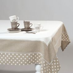 idea for a tablecloth Table Runner And Placemats, Lace Table Runners, Linen Tablecloth, Table Linens, Tablecloths, Tablecloth Ideas, Linen Bedroom, Deco Table, Table Covers