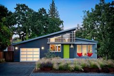 Ana Williamson Architect have completed the remodel of a house in Menlo Park, California. Project description Cloud Street House began as a cramped Design Exterior, Exterior Paint Colors, Exterior House Colors, Modern Exterior, Gray Exterior, Modern Garage, Traditional Exterior, Midcentury Exterior Products, Modern Porch