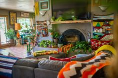 Vintage Decor Living Room The Most Maximalist Bohemian Home Just Might Be on This Farm in Colorado — House Call - Chasity and her husband Derek traded in the corporate/city world for a slower pace of life on a farm with 3 dogs, 20 chickens and 2 ducks. Bohemian Living Rooms, Bohemian House, Bohemian Interior, Living Spaces, Boho Gypsy, Hippie Boho, Interior Bohemio, Colorado Homes, Decoration