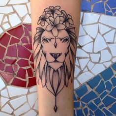 ▷ 65 Awesome lion tattoos for animal fans Diy Tattoo, Tattoo Blog, Finger Tattoos, Girl Tattoos, Tatoos, Photomontage, Simplicity Tattoos, Tattoo Placement Foot, Female Lion Tattoo