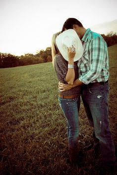 Cute couple / engagement picture | Kiss | Country | Outside, spring / summer / fall session | Couples / engagements photography | Picture idea
