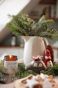 Die handgefilzten Dekoartikel sind schön zur skandinavischen Tischdeko, und auch als Gastgeschenk. Ein tolles Geschenk zu jedem Anlass! Auch als Herbst- und Weihnachtsdeko. EIn Glücksbringer zum verschenken. The hand felted decorations are beautiful with any scandinavian table decoration, and also as a guest gift. A great gift for any occasion! Also as fall and Christmas decoration. #tischdeko #tabledecoration #hygge Baby Accessoires, Decoration Table, Hygge, Planter Pots, Thanksgiving, Christmas Ornaments, Holiday Decor, Design, Home Decor