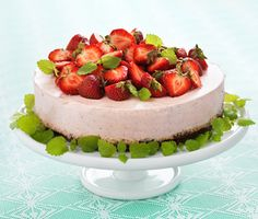 Recept: Midsommartårta (Brownie and strawberry mousse cake for Midsummer's Eve)