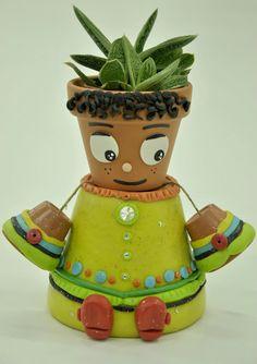 TUKI, un simpatico personaggio realizzato con vasetti in terra cotta e decorato con la pasta di mais.