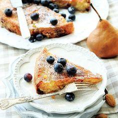 """En kakpaj med både frukt och bär. Eftersom kakan inte innehåller """"vanligt mjöl"""" blir inte konsistensen som den sockerkaka som vi är vana med. Den här blir lite kladdigare och saftigare, och har en härlig smak av mandel, citron, vanilj och kanel. En klick lättvispad grädde till är förstås helt rätt."""